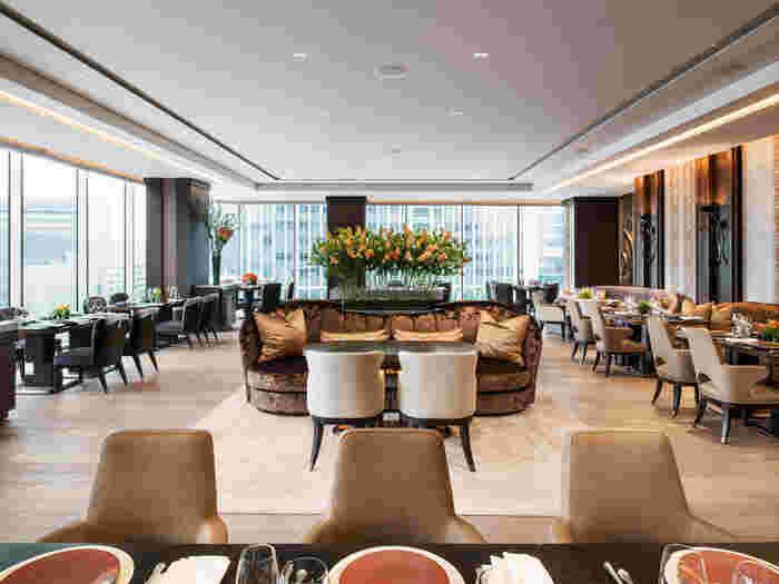 インテリアは香港出身の若手建築家アンドレ・フー氏が手掛けており、高級感漂う贅沢な空間が広がります。ソファーもイスも座面が広いためゆったりとした気持ちになれるとのこと。