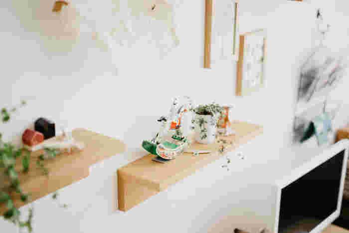 無印良品のインテリア部門の定番人気「壁に付けられる家具」は、壁にあく穴の大きさは画鋲くらいなので賃貸でも使っている方が多いようです。殺風景になりがちな壁も、雑貨や小さな植物を飾ったり自分なりの個性を演出できます。