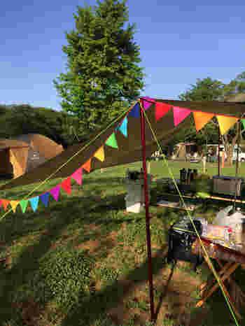 テントのそばにガーランドを飾れば、グッとおしゃれな雰囲気に!ポップな色柄のフラッグガーランドで、キャンプがますます楽しくなりますね♪