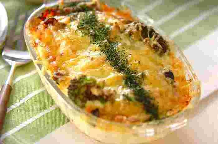 ドーンと迫力満点の鮭とマヨソースで作る大皿グラタン。玉ねぎもたっぷり入れて熱々をお召し上がりください!