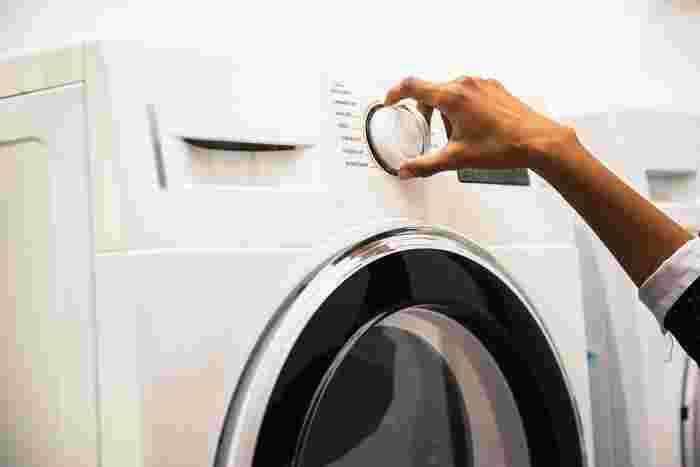 手洗いの時の過程でも、洗濯機のコースで洗う場合でも脱水は30秒~1分程度にとどめましょう。脱水しすぎると型崩れや縮みの原因になり、生地を傷めてしまう可能性もあります。