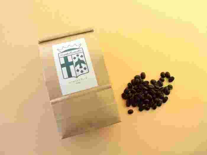 誠光社ではコーヒーもいただけます。テイクアウトでも、店内で飲むことも可能です。豆は、かもがわコーヒーと六曜社のブレンド「ランベルマイユ・ブレンド」です。豆を購入することもできます。