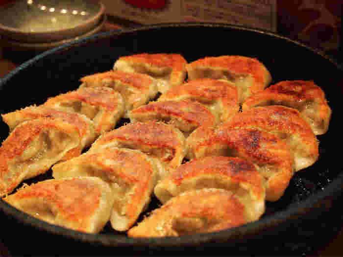 アツアツの鉄鍋で提供される、小ぶりでサクサクの鉄なべの餃子。ひとり一人前ではとても足りないほど何個でも食べられてしまう軽さと、旨みたっぷりの餃子。一度食べると、何度でもリピートしたくなること間違いなしです。