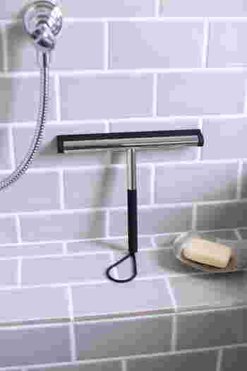 お掃除後は防カビ対策に乾拭きしなくても、スクイーザーでさっと水切りすれば乾きも早くなり時短に◎