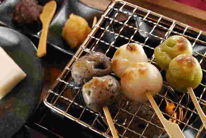 特に女性に人気なのが「本陣だんご」。抹茶・黒ごま・白のお団子と切り餅を、自分で焼いていただきます。
