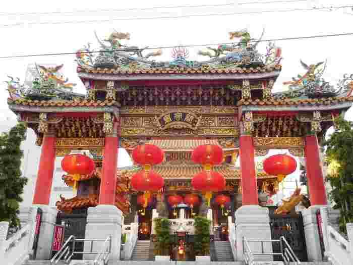 三国志の英雄として知られている武将の関羽(かんう)が祀られている「横浜関帝廟(かんていびょう)」。商売繁盛や交通安全、入試合格のご利益があると言われています。横浜中華街の中心部にあり、関帝廟通りを歩くと、中国の伝統的な建築様式で造られた見事な牌楼(はいろう)が目に飛び込んできます。