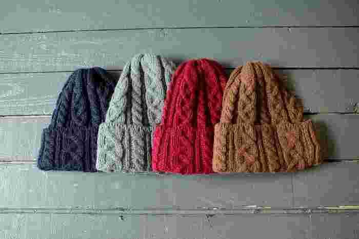 冬の帽子と聞いて、イチバン人気と言っても過言ではないのが「ニット帽」です。山型のシルエットがコーデのバランスをうまく取ってくれる優れもの!背が低い方にもおすすめですし、カラーが豊富なので差し色としても◎。また、ニット帽は温かいのも特徴のひとつで、寒さ対策にも大活躍します。