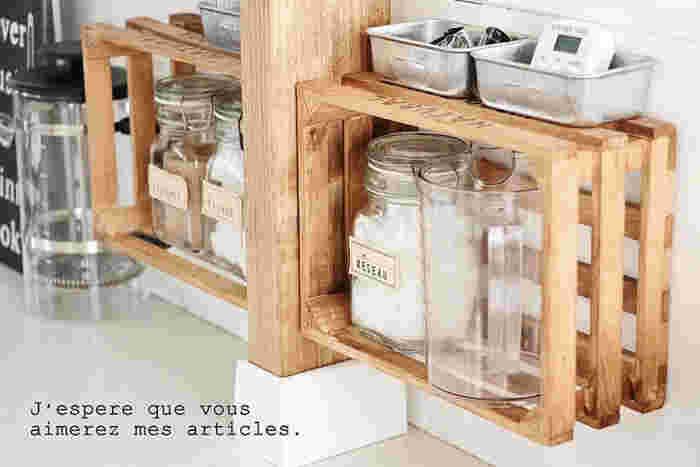 カウンターの内側に木箱を取り付ければ、空間に圧迫感を加えることなく、収納が増やせます。少し浮かせて取り付けることで、掃除もしやすく。