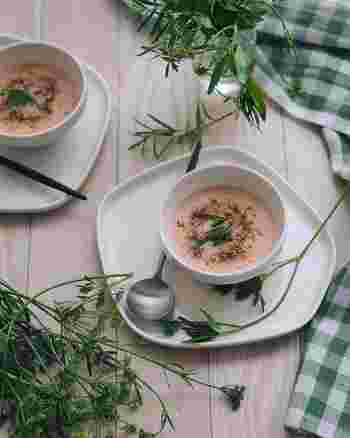 やわらかなピンクのスープは、ビーツとポテトのポタージュです。ハーブミックス、粒胡椒、ロースト亜麻仁、テフなどをトッピングしています。このひと手間が完成度を高めるポイントですね。