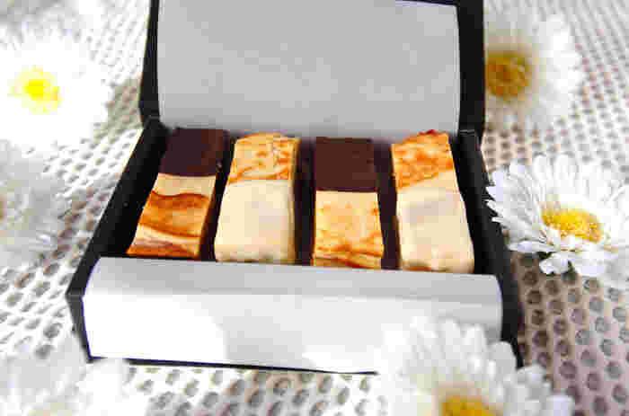 こちらのクッキーレシピは食感がユニークなクッキーです。ジャムがサンドされていたり、チョコレートのコーティングなど少し手の込んでいておしゃれなところも魅力。かわいい箱に詰めてプレゼントしたいですね☆