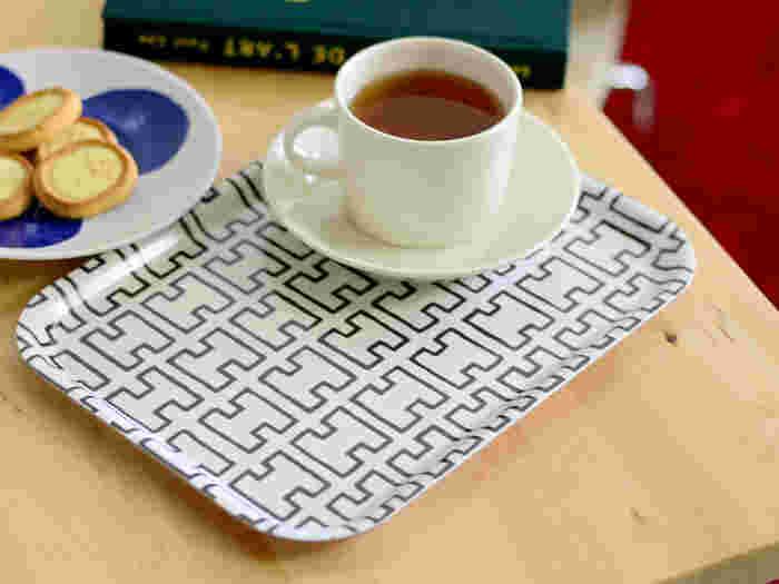 「artek(アルテック)」はフィンランドを代表する建築家 Alvar Aalto(アルヴァー・アールト)が、その妻とフィンランド人デザイナーと共に立ち上げた家具ブランド。一つ一つ手作り感溢れる、温かみのあるデザインが特徴です。マグカップが4つ乗る大きさ、ケーキ皿なら2つ乗せることができ、使い勝手抜群ですよ。