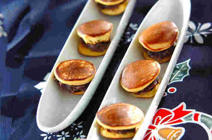 はちみつを使い、しっとりとした食感とやさしい甘さが特徴のミニどら焼きです。小さいサイズなので手軽に食べられるのが嬉しいですね。