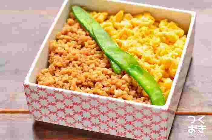 子どもにも大人気の、鶏そぼろ丼のレシピ。三色で彩りもよく、お家にある身近な食材と調味料でぱぱっと作れるので、時間がないときのお弁当にもオススメ。フライパンひとつでラクラクです。