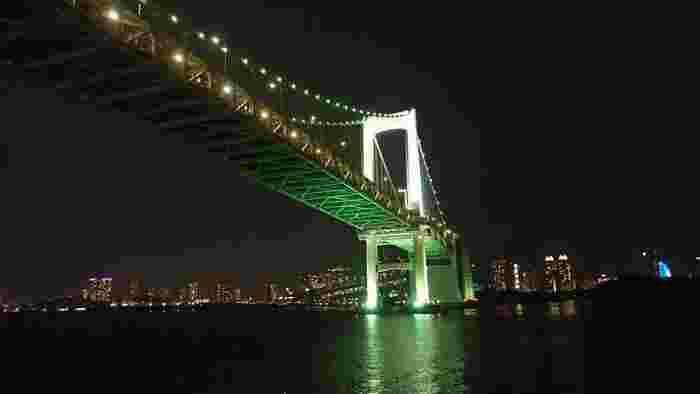 夜出航ならではの、東京のウォーターフロントの夜景を船上から眺めたり、レインボーブリッジをくぐったり、そんなロマンチックな光景を堪能でき、道中も楽しめそう。
