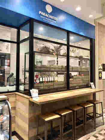 フルーツ専門店「hanafru(ハナフル)」が手がけるジュースバーが新宿マルイの1階にあります。ナチュラルテイストの店内で、作りたてのコールドプレスジュースをいただくことができますよ。