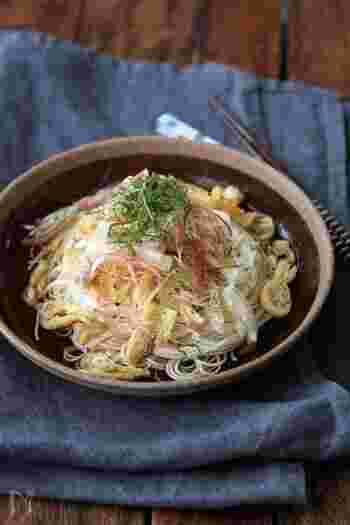 カリカリに焼いた油揚げがアクセントの和風な素麺。夏野菜のみようがもたっぷりで、とっても爽やか! これなら、食欲が無い時にも、ペロリと食べられちゃいそうですね。お好みで黒コショウをふって召し上がれ♪