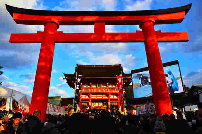 新年を迎えると、地元の方々に観光客が加わり神社仏閣は大いににぎわいます。年の初めに、心新たにお参りしたいですね。夜は一段と寒いですが、除夜の鐘を聞いてから新年を迎えるのもおすすめ。振る舞いのお蕎麦やお神酒をいただけることも。寒さ厳しい冬の京都ですが、この時期だからこそ楽しめる雰囲気を味わってみてはいかがでしょうか?