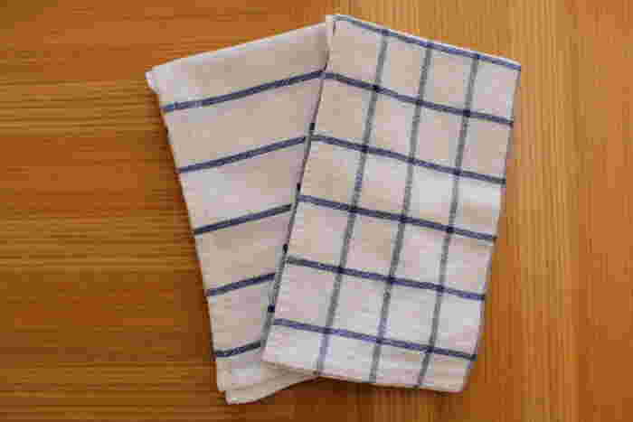 布巾やタオルの使い方と、布巾をつかって日ごろの習慣を見直すアイデアをご紹介しました。いろいろなシーンで使える布巾のいいところは、なんと言ってもコンパクトに折りたためること、汚れたら手軽に洗えるのも魅力的です。是非、使いどころがいっぱいの布巾をキッチンで活用してみてくださいね♪