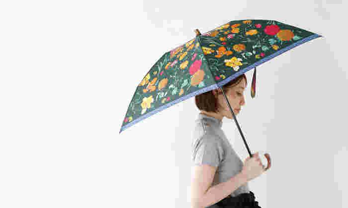 上質なヴィンテージのような風合いのスカーフ人気のmanipuri(マニプリ)が作る華やかな折り畳み傘。他と差がつく品のある佇まいで、ファッションアイテムとしても高いクオリティを誇ります。