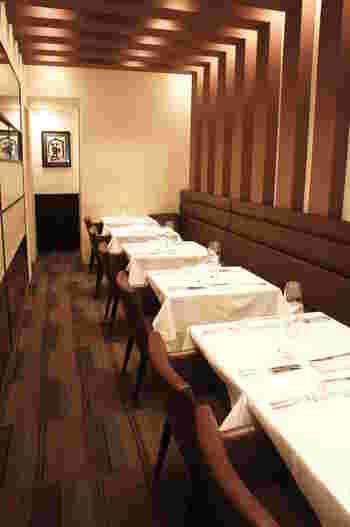 座席は16席。木目と白、茶をベースにした落ち着いた店内は大人にぴったりな空間です。