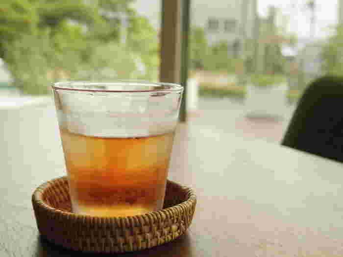 ルイボスティーは、渋みが少ないのが特徴です。赤いルイボスティーは、ほんのり甘みを感じられる味わいなので、お菓子をつまみたい気分になるティータイムにもおすすめ。緑のルイボスティーは、さっぱりとしているので、食事と一緒に合わせても◎。ルイボスティーにはカフェインが入っていないので、寝る前に飲んでもOK。紅茶やコーヒーの代替えにもおすすめです。