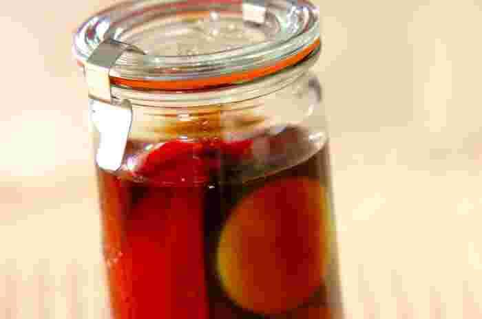 バルサミコ酢とリンゴ酢を使って、香りのいいひと味違ったピクルスができます。ピクルスは、具材だけでなく、酢の種類を変えることで味のバリエーションがより広がります。