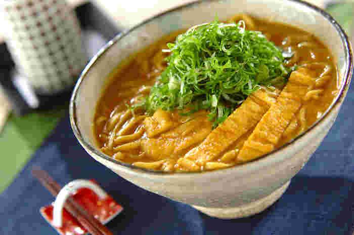 カレーといえばうどんの方がメジャーですが、実はそばもよく合うんです。寒い冬だからこそいつもより美味しく感じる、カレーそば。ピリ辛でとろとろのスープが、体の芯まで温めてくれます。