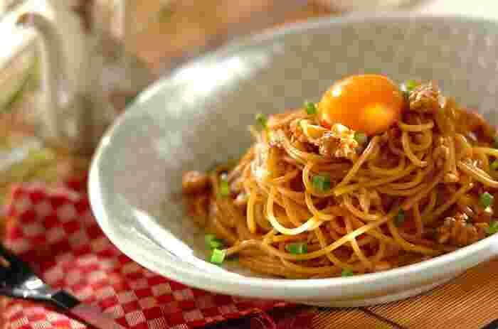 鶏ひき肉と八丁みそを使った和風パスタ。肉みそと一緒にパスタを煮込むことで、麺にソースがよく絡まります。にんにく風味が食欲をそそり、パンチのある濃い味付けがたまりません!