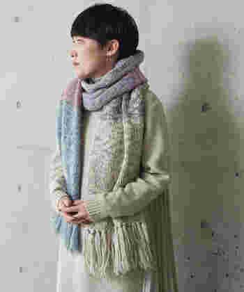 さまざまな太さの糸を組み合わせて作られた、チャンキーニットマフラー。まるでヴィンテージニットのような雰囲気を演出できる、風合いにこだわったアイテムです。さまざまな色を使ったカラフルなデザインですが、色味を抑えて居るため大人の女性でも着まわしやすいのが魅力です。