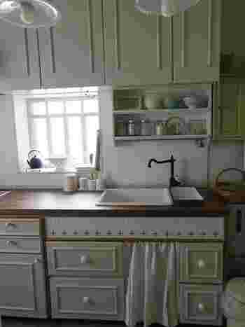 こちらは24年ものの古いキッチンだそうですが、DIYでシンク下に引き出しを作ることで、格段に使いやすく!細かいものも小分けに引き出せて便利ですね♪