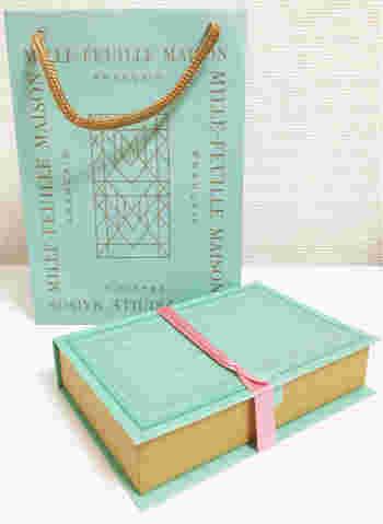淡いミントグリーンに金字が施されたギフトボックスは、まるで洋書のようなデザイン。店舗は松屋銀座のみ、というところも手土産の価値を高めてくれるポイントです。 【日持ち】製造日から約1ヶ月