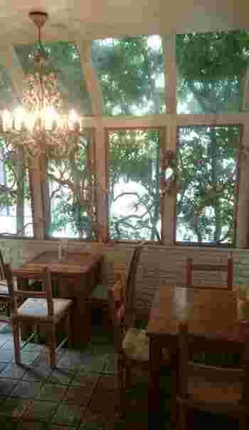 木の家具の温もりと窓から覗く庭が美しい癒しの店内。テラス席とはまた違う魅力がありますね。