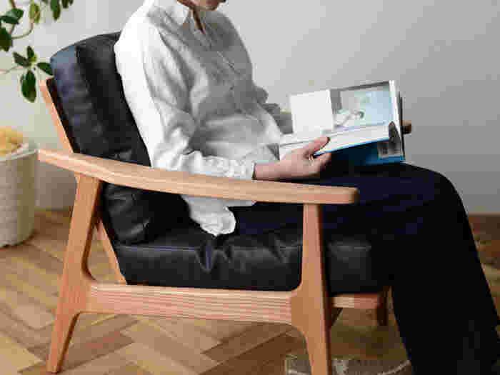 マルニ60のソファは座面と背もたれで異なる2種類のクッションを使用。背クッションはふんわり柔らかなフェザーをロール状の人工綿で挟んでいるから、弾力性に富んだ包み込まれるような座り心地。座面部分は、硬さの異なるウレタンをフェザーとロール綿で包んだ四層構造。このクッション構造により耐久性と快適な座り心地、吸湿性や保温力、復元力がバランスよく保たれています。フレーム部分は、密度が高く、固くて耐久性に優れたオーク材を使用。オーク材ならではの美しい木目や木の重厚感は独特の存在感があります。