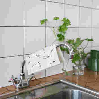 使わない時は、しっかり絞って乾燥させてあげましょう。台ふきんとして使用したスポンジワイプは、キッチンの蛇口にかけるのが北欧流だとか。掃除に使ったスポンジワイプも、風通しのいい場所を選んで干したいですね。
