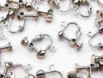 イヤリングの基本のパーツは「ネジバネ式」のもの。  「ネジバネ式」のカン付き、「ネジバネ式」の台座付きの、いずれかが一般的です。装飾パーツを丸カンなどで接続します。
