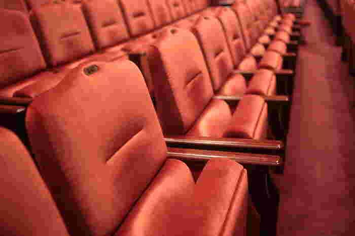 前のめりで観劇をすると、後方席の方の視界を遮ってしまいます。座席にゆったりと腰かけ、背もたれに背をつけて観劇するのがマナーです。