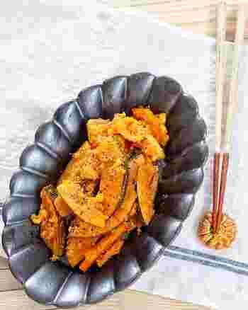 かぼちゃは火が通るのに時間がかかるので、レンジを使って時短します。かぼちゃの甘味とパルメザンチーズが相性抜群なので、おかずとしてもおつまみとしても◎。