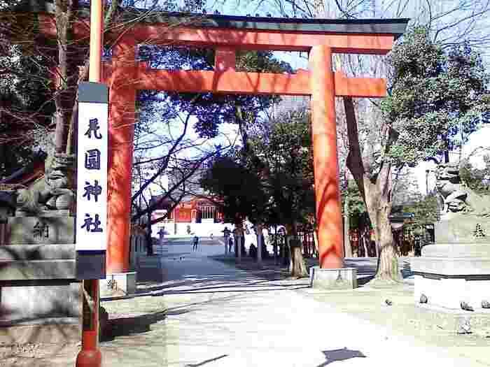 歌舞伎町やゴールデン街などがすぐ隣という大都会の一角にある「花園神社」は、JR「新宿駅」からは徒歩7分程、地下鉄の「新宿三丁目」からは徒歩0分と大変アクセスの良い神社です。11月に行われる酉の市(大酉祭)は大変多くの人で賑わいます。