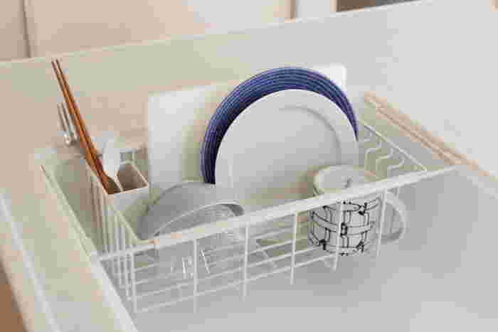 食器洗いや片づけの方法は、人それぞれ違いますよね。 水切りラックに食器をいれておいて収納場所代わりにしたい、ある程度水がきれたら拭いてサッと片づけたい。水切りラックも毎回洗いたい、など自分スタイルを大切に選んでみてくださいね。 自分のお手持ちの食器を入れた様子をイメージして、食器に合うカラーや大きさの水切りラックを選ぶのもおすすめですよ。