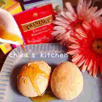 こちらは水切りヨーグルトで採れるホエー(乳清)を使った、紅茶香るカリもちボール。捏ねずに発酵もなしという、とっても簡単に作れるレシピです。パンのようなスコーンのような、美味しい食感がクセになる一品☆