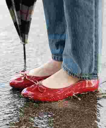 ブーツは好きじゃない…暑苦しいし、今日のコーデに合わないというときは、素敵なレインバレエシューズもおすすめ。より女性らしい雰囲気を楽しめます♪