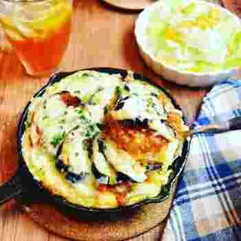 スキレットで仕上げるので、調理したらそのまま食卓に出すことができます。ふんわりととろけるチーズとミートオムドリアがよく合って、いくらでも食べ進められそうです。