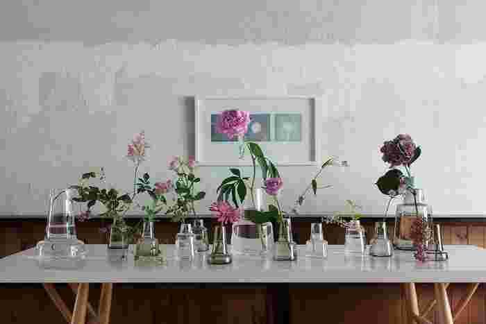 同じくホルムガードから、どっしり安定感あるフォルムが特徴的な「フローラ」。口がすぼまった形状のおかげで、花を入れた時に収まりが良いのがうれしい。テクニック要らずで素敵に花を飾れます。サイズ違いでそろえて、並べて置くのもおすすめです。