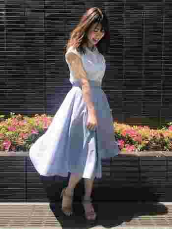 同じストライプのサーキュラースカートに、白ブラウスをイン。ハイウエストが美しく映える、シネマ女優のような清楚なレトロスタイルが完成!