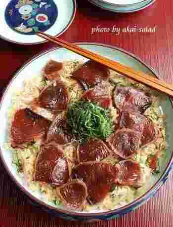 三重県の郷土料理として知られる手こね寿司。こちらは、寿司飯をポン酢とマヨネーズで味つけしたまろやかな味。漬けにしたカツオとよくなじみます。みょうがと大葉の爽やかさもポイント。