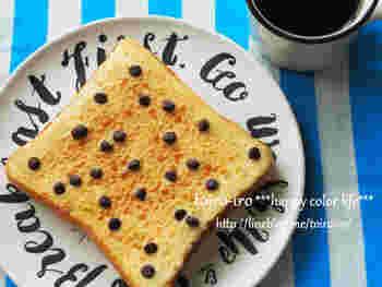 クッキー生地をパンに塗るアイディアでは、こんなスイーツレシピも。チョコチップクッキーを食パンの上でこんがり焼くレシピです。食パンの形が上手に生かされていて、見た目もまさに食パンスイーツという感じ♪