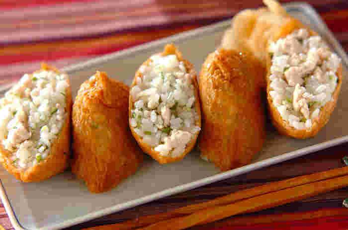 """酢飯に鶏そぼろを混ぜ合わせた、ボリューム満点の""""おいなりさん""""。一緒に混ぜた三つ葉の爽やかな香りで、何個でも食べてしまいそう。"""