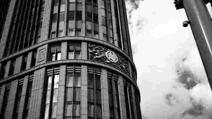 1673年(延宝元年)、呉服店の「越後屋」として創業した三越は、日本初の百貨店として大きな成長を遂げました。1914年の新館オープンの際には、日本初のエスカレーターと、エレベーター、スプリンクラー、全館暖房など当時の最新設備を備え、話題となりました。現在の建物は、1935年(昭和10年)に増改築されたもので、2016年(平成28年)に、本館が国の重要文化財に指定されました。