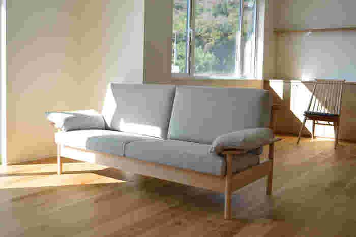 フレームから美しいソファー。 腰掛けた時にフワッと包み込んでくれるような感覚は、日常の中で味わえる贅沢さ。 家にあったら、毎晩ここで「寝落ち」はありえます。
