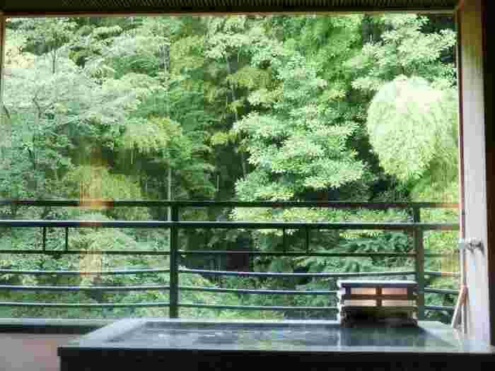 """多くの人々が暮らす都市近郊には、わざわざ遠方まで足を運ばなくても、天然温泉が楽しめる銭湯や温泉施設がにあります。 日々忙しい中で利用するにはとても便利ですが、施設周囲の環境は、日常生活の延長に在ることが多く、心身が共に""""深く""""リフレッシュするには至らないかも知れません。  【箱根湯本「花紋」の客室露天風呂。「花紋」の温泉は、全て自家源泉のかけ流し。施設内には、露天や大浴場、寝湯や洞窟風呂等様々な風呂が楽しめる『湯めぐり茶屋』がある他、貸切露天風呂や足湯があり、客室でも温泉が楽しめる。日帰りプランも豊富に用意されている。】"""
